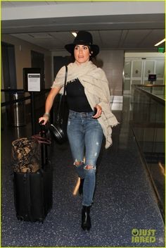 Nikki Reed Hands Out Positive Notes to Strangers | nikki reed passes out sweet notes to strangers 01 - Photo