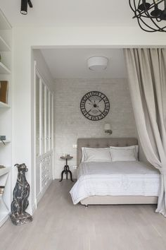 Even a small bedroom can be stylish, cozy and functional. These simple ideas and ¨lifehacks¨ will help you create such interior in a small area. Small Apartment Design, Small Bedroom Designs, Studio Apartment Decorating, My New Room, Elle Decor, Home Decor Bedroom, Interior Design Living Room, House Design, Grown Up Bedroom
