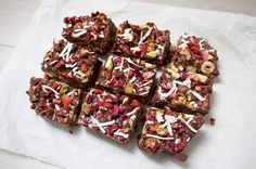 Healthy Vegan Rocky Road Recipe This healthier version of Rocky Road looks and tastes incredible! Sweetened with natural medjool dates, it's refined-sugar free and full of good fats from the coconu… Healthy Dessert Recipes, Gluten Free Desserts, Healthy Desserts, Raw Food Recipes, Cooking Recipes, Raw Desserts, Vegan Sweets, Healthy Slice, Healthy Mummy
