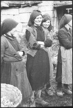 Galiza (1952).  Emociona si se ve de cerca en todos os seus detalles, a nai allada e cecais a filla detrás rindo con esperanza.