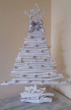 Árvores de Natal diferentes Decoration Christmas, Christmas Tree Crafts, Rustic Christmas, Christmas Projects, Simple Christmas, Christmas Tree Decorations, Christmas Wreaths, Christmas Ornaments, Father Christmas