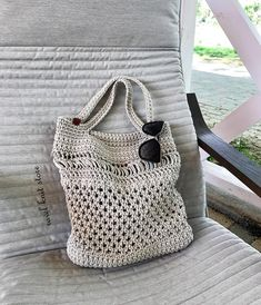 No photo description available. Crochet Market Bag, Crochet Tote, Crochet Handbags, Knit Crochet, Handmade Purses, Handmade Handbags, Afghan Crochet Patterns, Knitted Bags, Crochet Accessories