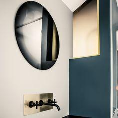 Dans cet appartement situé dans un immeuble des années 20, l'architecte a voulu conserver une unité d'ensemble en utilisant une résine monochromatique bleu sur la totalité du sol de l'appartement, comme un tableau. Les murs de la salle de bain sont aussi déclinés en résine mais dans une tonalité plus claire.
