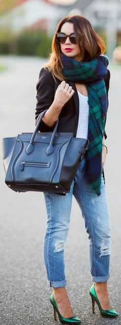 Fall/ winter outfit ideas. Black/ navy blue? Blazer. Rolled ripped jeans. Emerald green pumps. Celine bag. Street Style!