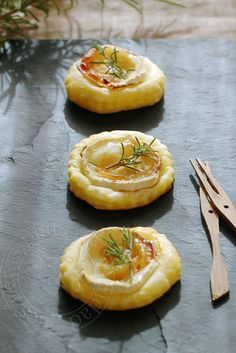 Goat cheese, honey and rosemary tartlets, for aperitif Fingers Food, Vegetarian Recipes, Cooking Recipes, Snacks, Appetisers, Antipasto, Appetizer Recipes, Party Recipes, Food Inspiration
