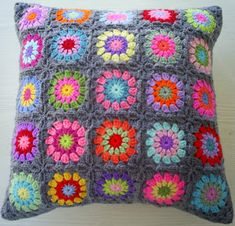 the 25 colors in grey edging granny square crochet cushion cover / pillow cover Beau Crochet, Crochet Home, Love Crochet, Beautiful Crochet, Crochet Flowers, Crochet Art, Grey Cushion Covers, Crochet Cushion Cover, Crochet Cushions