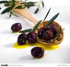 Zeytinyağı ve kekikle süslenmiş Gemlik zeytini