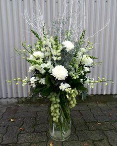 awesome vancouver florist Winter vibes #granvilleisland #allwhite #glitter #winterweddinng #bouquet #seethosegrapes by @vjplantshop  #vancouverflorist #vancouverflorist #vancouverwedding #vancouverweddingdosanddonts