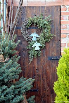 33 Beautiful Winter Theme Exterior Decor Ideas - A lot of people are fond of outdoor activities. For that reason, it gives way to the popularity of patio, decks, gardening and so on. Recently, houses. Christmas Porch, Outdoor Christmas, Rustic Christmas, Christmas Holidays, Christmas Wreaths, Christmas Crafts, Christmas Decorations, Xmas, Holiday Decor