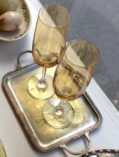 keltalasiset samppanjalasit (korkeus 21  cm) kuparisella tarjottimella (20/26 x 16 cm). @kooPernu