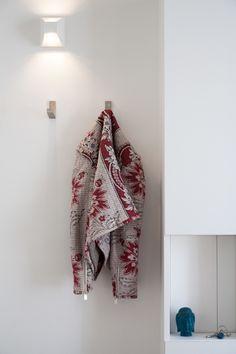 Paris (France) - Création d'une colonne vide-poches cachant le tableau électrique | Creation of a glove box column hiding the electrical switchboard.