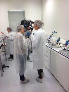 Susana Díaz, directora técnica de Laboratorios BOIRON, durante parte de la entrevista con el equipo de España Directo de TVE durante la grabación de un especial de homeopatía.