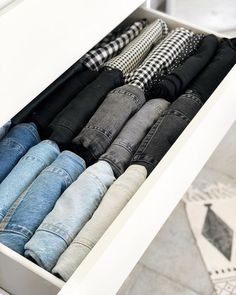 Clothes Drawer Organization, Wardrobe Organisation, Home Organization Hacks, Organizing, Clothing Storage, Organizar Closet, Closet Designs, Room Inspiration, Room Decor