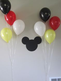 Decoracion con silueta Mickey Mouse.