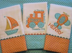 This adorable set includes 2 custom-made and personalized baby burb cloths. The burp cloths are high quality OscoCozy diapers with an Diy Baby Gifts, Baby Crafts, Baby Embroidery, Machine Embroidery, Baby Applique, Baby Burp Cloths, Burp Cloth Diapers, Baby Bibs, Boy Baby Shower Themes