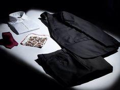 7camicie presenta la collezione di abiti David Saddler.  Pregiati tessuti di produzione come la Tasmania unita, il Punto e Spillo, l'Occhio di Pernice, la Grisaglia per un monopetto a doppio bottone e doppio spacco, con sottocollo classico e reveres da 8 cm a garanzia dell'eleganza più ricercata. Abbinabili a numerosi colori e modelli di accessori, gli abiti David Saddler rappresentano lo stile Made in Italy adatto per tutte le occasioni formali e più informali. Anche per questi splendidi…