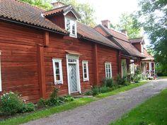 Skuttunge gamla prästgård. Belägen i Skuttungeby. Utgörs av en kringbyggd gård, bestående av sjubyggnader plus två strax intill. Förklarat som byggnadsminne 1983. Gårdens äldre delar har blivit museeum. Prästgården har stått i det närmaste orörd sedan 1800-talet, med dess 1600-, 1700- och 1800-tals hus och förvaltas sedan 1954 av Stiftelsen Skuttunge prästgård.
