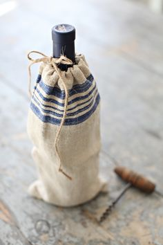 french farmhouse styled grain sack wine and or beverage bags  que lindo no apoyar las botellas en la mesa...