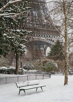 Snow in the park near the Eiffel Tower in Paris, France The Places Youll Go, Places To See, Beautiful World, Beautiful Places, Beautiful Scenery, Torre Eiffel Paris, Belle Villa, Paris Ville, Winter Scenes