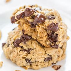 Cowboy cookies - Loaded Oatmeal Chocolate Chip Cookies - Soft, chewy, and loaded with chocolate! Sinking your teeth into a thick, hearty cookie is the best! Cookies Et Biscuits, Cookies Soft, Raisin Cookies, Walnut Cookies, Banana Oatmeal Chocolate Chip Cookies, Oatmeal Cookie Recipes, Chocolate Chips, Chocolate Morsels, Crack Crackers