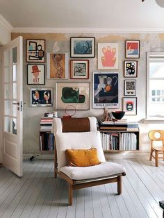 64 outstanding gallery wall decor ideas 46 ~ Design And Decoration Studio Apartment Decorating, Apartment Interior Design, Home Interior, Apartment Wall Art, Interior Design Gallery, Luxury Interior, Apartment Ideas, Eclectic Living Room, Living Room Art
