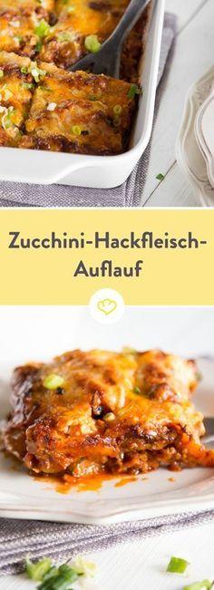 Selbst wer kein Zucchini-Fan ist, wird diesen Auflauf lieben: Mit Hackfleisch gefüllt und Käse überbacken, wird das grüne Gemüse zum heißen Ofengenuss.