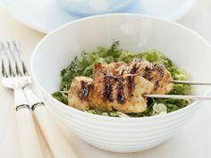 Hähnchenspieß vom Grill auf Salat ist ein Rezept mit frischen Zutaten aus der Kategorie Hähnchen. Probieren Sie dieses und weitere Rezepte von EAT SMARTER!