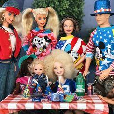 Image may contain: one or more people and child Barbie Hair, Barbie And Ken, Barbie Family, Barbie Stuff, Barbie World, Collector Dolls, Antique Toys, Social Studies, Diorama