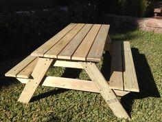Mesa de picnic para niños de 2 a 6 años. Hecha en madera de pino canadiense impregnado. Resistente a la intemperie.