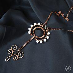 Кулон из меди на цепочке `Небесный ключ`. Подвеска-кулон 'Небесный ключ' из медной проволоки и стеклянных бусин 'под лунный камень'. Патинирован, отполирован, покрыт защитным лаком для металлов.