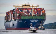 400 metrů dlouhá a 61 metrů široká – do Hamburku připlula největší nákladní loď na světě. Jihokorejská HMM Algeciras pojme až 23 964 standardních kontejnerů. Times Square, Travel, Hamburger, Ships, Trips, Boats, Boating, Viajes, Hamburgers