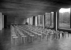 Jakkara 60. Jakkaroita käytettiin lisäistuimina esimerkiksi Viipurin kirjaston (Alvar Aalto 1933–35) luentosalissa. Kuva: © Alvar Aalto -museo / Gustaf Welin.  Stool 60. The stools were used as additional seating in the lecture hall at Vyborg (Viipuri) Library (Alvar Aalto 1933-35). Photo: © Alvar Aalto Museum / Gustaf Welin.  www.alvaraalto.fi