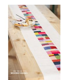 작년 전시회때 찍어두었던 러너사진입니다. 개인적으로 전시회 사진중 제일 좋아하는 사진이랍니다... Table Runner Pattern, Tablerunners, Quilted Table Runners, Easy Quilts, Mug Rugs, Spring Home, Table Toppers, Quilting Designs, Hand Sewing