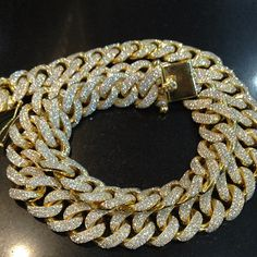Gold chains for men can be worn as bling or as discreet jewelry pieces depending on the style. Finding the right gold chain can be challenging since. Gold Jewelry, Jewelry Box, Jewelry Accessories, Fashion Accessories, Fashion Jewelry, Jewellery Photo, Tiffany Jewelry, Jewelry Armoire, Gold Necklace