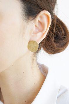 手作業で加工した真鍮材を使った両耳ピアスです。形はシンプルですが月の表面のようなプレートがアンティークな雰囲気を出しています。*ハンドメイド作品ですので一つ一...|ハンドメイド、手作り、手仕事品の通販・販売・購入ならCreema。