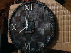 Reloj de pared en papel periodico