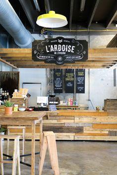 DARWIN est un lieu atypique de Bordeaux où dynamisme économique rime avec écologie et développement social responsable. A la fois alternatif et engagé, branché et zéro déchet, festif et associatif, c'est un repère underground qui plait aux hispters comme aux bobos. On y trouve un magasin bio, un restaurant, un Emmaus, un skate-park, une ferme urbaine, une brasserie, un club nautique… C'est la vraie bonne idée pour relancer le tissu économique en prenant VRAIMENT en compte l'environnement et…