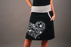 Falda de punto con spandex (lycra) con serigrafiado tradicional y cintura elástica y un bolsillo lateral. Muy cómoda y adaptable al cuerpo. Talla única que permite desde una 38 a una 42. Adecuada...