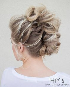 See our great hair updos for the Christmas or New Year's Eve party. Mohawk Updo, Mohawk Hairstyles, Pretty Hairstyles, Wedding Hairstyles, Braided Mohawk, Hair Updo, Updo Curly, Bridesmaids Hairstyles, African Hairstyles