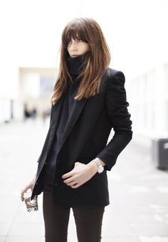 Blunt Cut with Bangs How To Wear Turtleneck, Black Turtleneck, Cashmere Turtleneck, Pelo Bob, Elements Of Style, Jean Skinny Noir, Blazer Noir, Blazer Jacke, Hairstyles With Bangs