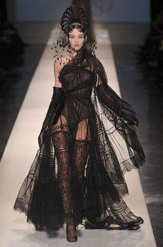 Défilé robe de mariées créateurs : Chanel, Jean-Paul Gaultier, Elie Saab