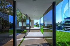 extravagant-contemporary-beverly-hills-mansion-with-creatively-luxurious-details-7-glass-walkway-thumb-630x419-22278.jpg 630×419 ピクセル