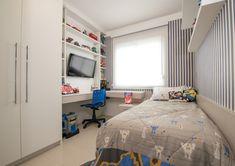 O quarto de menino teve um espaço idealizado para brincar, estudar e descansar, com todo conforto. A marcenaria projetada apresenta acabamento similar a um tecido de linho.