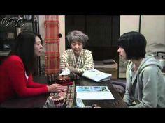 """5分であまちゃん ダイジェスト第5週「おら、先輩が好きだ!」 宮藤官九郎が、故郷・東北を舞台にオリジナルで描く""""人情喜劇""""。夏休み。母に連れられ、初めて北三陸にやってきたヒロイン・アキは、祖母と出会う。現役の海女を続ける祖母は、人生で初めて出会った「カッコいい!」と思える女性だった。故郷で暮らすことになった女3代。ふとしたきっかけで始まる東京での生活。アキの夢、母の夢は・・・。   第5週「おら、先輩が好きだ!」 初めてウニを獲ることができ、海女として認められたアキ(能年玲奈)。しかし、同時に海女漁のシーズンが終わり、さらに安部(片桐はいり)も「まめぶ汁」PRのため町を去ってしまって、心にぽっかりと穴が開いてしまう。そんな折、アキ(能年玲奈)はユイ(橋本愛)とともに、北鉄の一日車掌を任される。2人が海女姿で夏(宮本信子)たちの作る「ウニ丼」を車内販売すると、観光客が殺到して町は大盛況。大吉(杉本哲太)ら町の人々は大喜びするが、母の春子(小泉今日子)だけはなぜか不満そう。"""