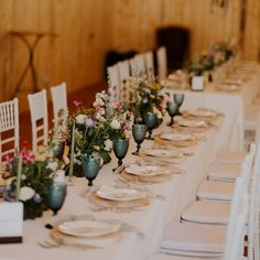 Mesele lungi sunt preferatele noastre, transmit un vibe intim și au magia lor. Iar când adaugi elemente precum decor suspendat, felii de lemn ce țin loc de farfurie suport, pahare colorate, întreg design-ul prinde viață. Nunta ta nu trebuie să fie cu mulți invitați ca să fie perfectă, tu ce îți dorești? Nunți mici, intime sau mari?   📷 @radubenjamin   design & styling @iuliaiacob   flowers & props @mugurdezof   venue @thebarnathadarchalet Wedding Decorations, Table Decorations, Table Settings, Flowers, Furniture, Design, Home Decor, Decoration Home, Room Decor
