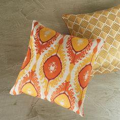Almofadas laranja e amarela em cores alegres e solares