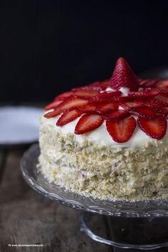 La ricetta del pan di spagna a freddo di Massari è alla base di questa torta farcita con una crema al lime e fragole. Vieni a scoprire la ricetta