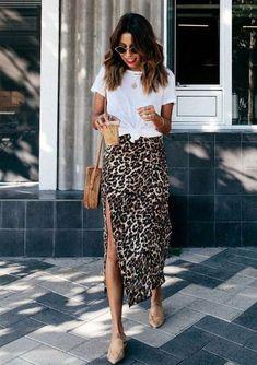 T-shirt branca com nozi… Trend Alert: Midi Skirt – Guita Moda. White T-shirt with waistline, animal print skirt with side slit, slim-toed nude mule Mode Outfits, Skirt Outfits, Fashion Outfits, Womens Fashion, Fashion Ideas, Midi Skirt Outfit, Casual Outfits, Ladies Fashion, Midi Wrap Skirt