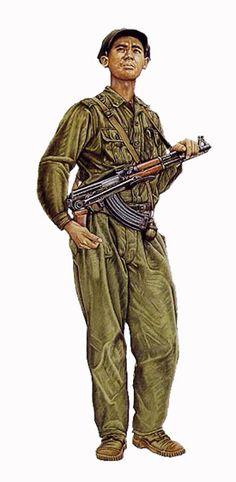 Oficial Pathet Lao, 1975, lleva un fusil de asalto AK-47 de 7,62 mm Soviético…