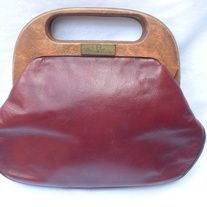 """Retro Vintage Designer Etienne Aigner BURGUNDY Leather Wood Preppy Bermuda Clutch Handbag  DESIGNER: Etienne Aigner Marked SIZE: 8 1/2"""" x 10 1/2"""" Material: Wood, Leather Condition: Great Vintage Condition  Additional belts are available if you are looking for a specific color or type that ... Vintage Designs, Retro Vintage, Etienne Aigner, Vintage Handbags, Indie Brands, Clutch Purse, Preppy, Belts, Burgundy"""
